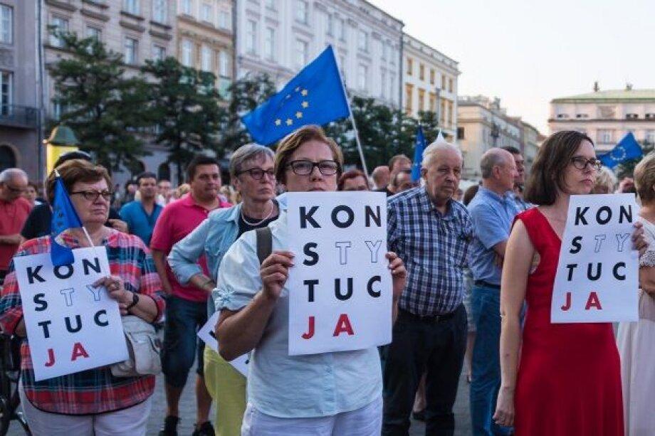 Поляки не доверяют собственному правительству, а Евросоюз спекулирует на проблеме защиты демократии