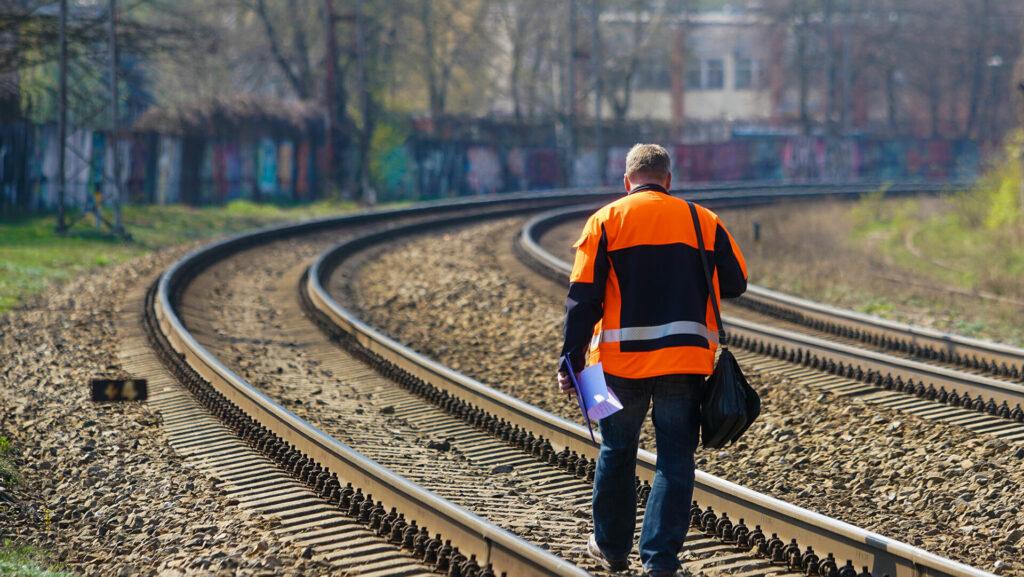 Работник ЛДЖ в ужасе: скоро от транзитного пирога Латвии останутся лишь крохи
