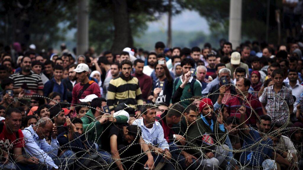 Миграционный кризис прогрессирует: в Европе возводят новые заборы