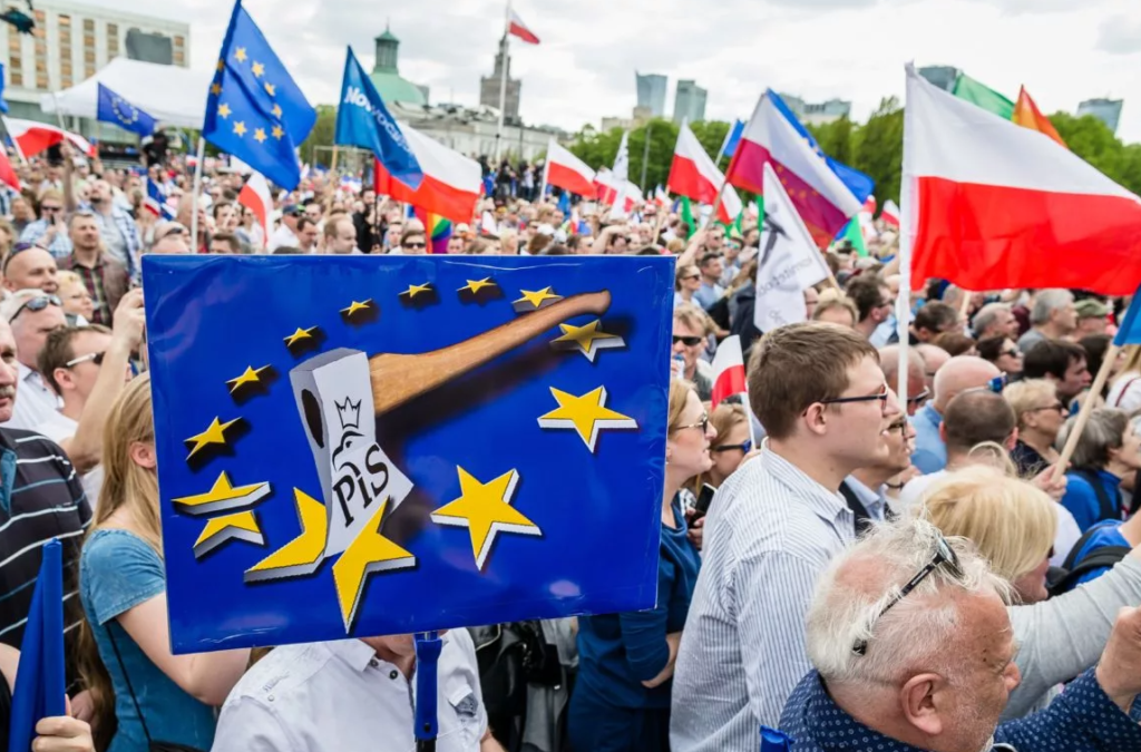 Дешевые провокации: Варшава снова пригрозила Брюсселю выходом из состава ЕС